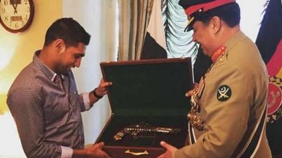 General Raheel Sharif Gifts Antique Pistol To Boxer Amir Khan