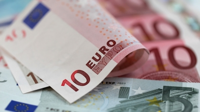Euro Racks up Third Straight Gain Against Dollar